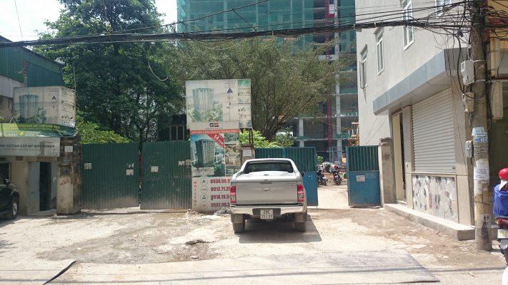 Phía ngoài dự án 60B Nguyễn Huy Tưởng